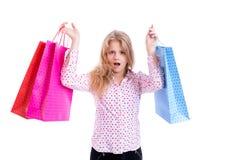 Entsetztes Mädchen mit Einkaufstaschen Stockfotos