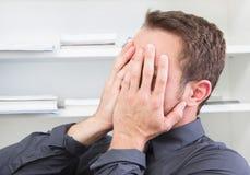 Entsetztes Mannfellgesicht im Büro. Lizenzfreie Stockfotos