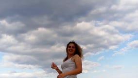 Entspannen sich junge Kosmetik des gelockten Haares des schönen Mädchens Feiertagsseesonnenaufgang stock footage
