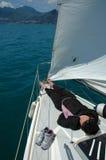 Entspannen Sie sich auf dem Segelboot Lizenzfreie Stockfotografie