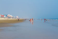 Entspannen Sie sich auf dem sonnigen Strand stockbild