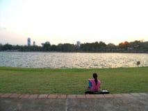 Entspannen Sie sich auf grünem Rasen im Allgemeinen Park der Stadt Lizenzfreies Stockfoto