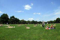 Entspannen Sie sich in Central Park - Sommer lizenzfreie stockfotos