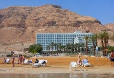 Entspannen Sie sich in dem Toten Meer Lizenzfreie Stockfotos