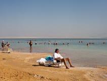 Entspannen Sie sich in dem Toten Meer Stockbild