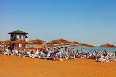 Entspannen Sie sich in dem Toten Meer Stockfoto