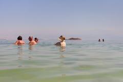 Entspannen Sie sich in dem Toten Meer Stockbilder