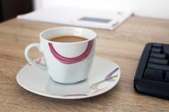 Entspannen Sie sich in der Arbeit mit Kaffee in der Schale lizenzfreie stockfotografie