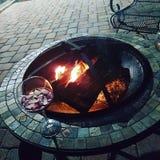 Entspannen Sie sich an der Feuergrube Stockbilder