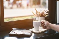 Entspannen Sie sich in der Kaffeestube während der Feiertage und der Arbeitsstunden Lizenzfreies Stockbild