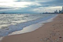 Entspannen Sie sich durch das Meer Lizenzfreie Stockfotos