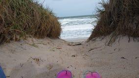 Entspannen Sie sich durch das Meer Lizenzfreie Stockbilder
