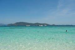 Entspannen Sie sich durch das Meer Lizenzfreies Stockfoto