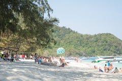 Entspannen Sie sich durch das Meer Lizenzfreies Stockbild