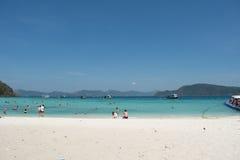 Entspannen Sie sich durch das Meer Lizenzfreie Stockfotografie