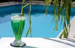 Entspannen Sie sich durch das Pool 1 Lizenzfreie Stockfotos