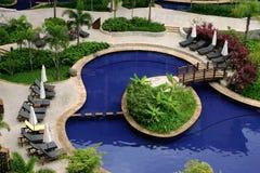 Entspannen Sie sich durch das Pool Lizenzfreies Stockbild