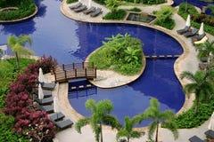 Entspannen Sie sich durch das Pool Stockfotografie