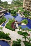 Entspannen Sie sich durch das Pool Stockbild