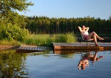 Entspannen Sie sich durch den See lizenzfreie stockfotografie