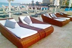 Entspannen Sie sich durch den Swimmingpool Stockbilder