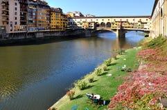 Entspannen Sie sich in Florenz vor berühmter Brücke Stockfoto