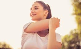 Entspannen Sie sich Ihre Muskeln nach schwerer Übung stockfoto