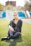 Entspannen Sie sich im Gras Junge müde Frau nach Sport relax lizenzfreies stockfoto