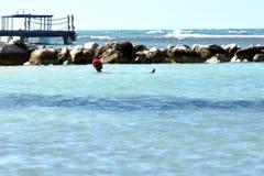 Entspannen Sie sich im Ozean lizenzfreie stockfotos