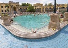 Entspannen Sie sich im Pool im Freien das Szechenyi Stockbilder