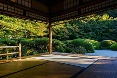 Entspannen Sie sich im Tempel von Japan Lizenzfreie Stockfotos
