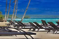 Entspannen Sie sich, kühlen Sie am weißen Sandstrand lizenzfreie stockfotografie