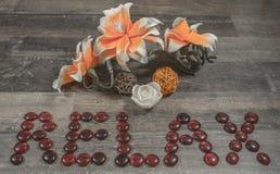 Entspannen Sie sich Logo auf Holz mit Blume Stockbilder
