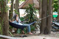 Entspannen Sie sich Mann im Feldbett beim Ablesen der Zeitung Lizenzfreie Stockfotos