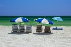 Entspannen Sie sich mit schönen Feiertagsstrandstühlen auf weichem weißem Sand in Florida Lizenzfreies Stockfoto