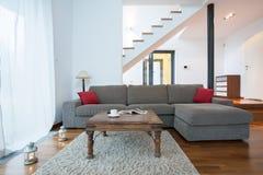 Entspannen Sie sich Raum mit Couch lizenzfreie stockfotos