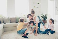 Entspannen Sie sich, stehen Sie, unvorsichtiges, sorgloses Konzept still Familie mit childr vier lizenzfreie stockbilder