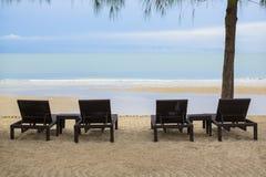 4 entspannen Sie sich Strand-Stühle Stockbild