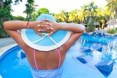 Entspannen Sie sich am Swimmingpool Stockbild