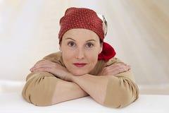 Entspannen Sie sich tragendes Kopftuch der Frau Stockbild
