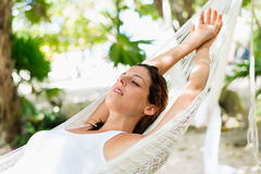 Entspannen Sie sich und Nickerchen machend auf Hängematte Stockfoto
