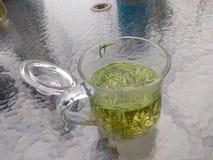 Entspannen Sie sich und trinken Sie chinesischen Tee lizenzfreie stockfotos