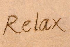 ?Entspannen Sie sich? Wort auf Sand Lizenzfreies Stockbild