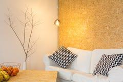 Entspannen Sie sich zu Hause im gemütlichen warmen stilvollen Raum lizenzfreies stockfoto