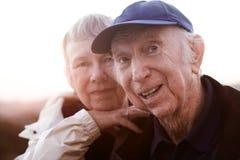 Entspannende ältere Paare stockfotos