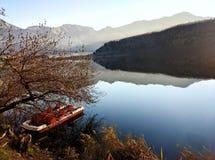 Entspannende Ansicht von einem Gebirgssee Stockfotos