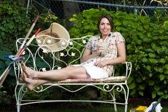 Entspannende Außenseite der hübschen Frau Stockfotografie