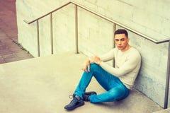 Entspannende Außenseite des jungen hübschen amerikanischen Mannes lizenzfreie stockfotografie