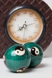 Entspannende Bälle und Uhr Lizenzfreie Stockbilder