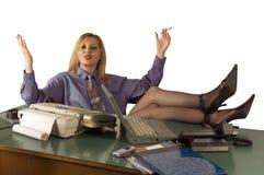 Entspannende Bürofrau Stockfotos